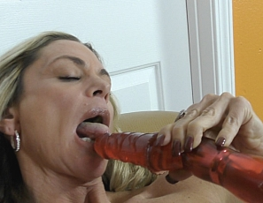 Sydney is a mature woman who loves to masturbate and loves to show off for you. She takes out her favorite vibrating toy and gives her pussy a good work out. You'll love to watch this one!