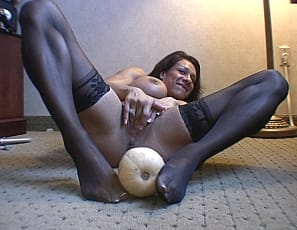 In her previous video Rica, in sexy black stockings, welcomes you to a virtual session, flexes for you and smothers you with her big breasts and arm-wrestles you. Had enough? We hope not because in the video Rica fucks a huge gourd. Yeah.