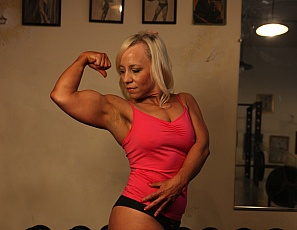 Female bodybuilder Genie poses in the gym for you, showing off the big muscles of her biceps, glutes and legs, and letting you look in close-up for as long as you want as she gets into masturbation and ass play. Spellbinding, isn't it?