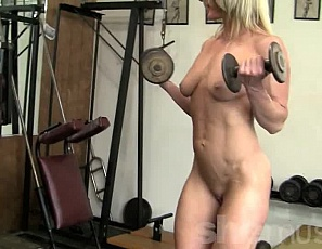 Professional female bodybuilder Tanya works out her already ripped, vascular biceps and abs, and poses naked in the gym so you can enjoy all the muscles of her pecs, legs and glutes.