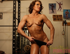 When female muscle porn star Inari Vachs poses for you in the gym, you get to look at her muscular biceps, legs and glutes, her ripped abs and her hot ass, for as long as you like.