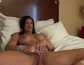 Female bodybuilder Hot Italian's masturbating her big clit in the bedroom while you watch in close-up and enjoy looking at her muscular pecs, legs, biceps and abs.