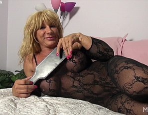 Female bodybuilder Wild Kat is posing for you in her bedroom to show off the mature muscles of her pecs,, biceps and legs,, taking off her panties, and showing you how she uses her toys to masturbate her big clit – in close-up.