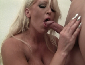 Female muscle porn star Amazon Alura gives a hand job and blow job until he cums all over her pecs and biceps. Watch the female muscle sex in close-up.