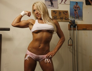 Blonde bodybuilder Samantha poses naked in the gym, giving you a good look at how strong and sexy she is. Beautiful, vascular biceps, luscious legs, gorgeous glutes, pretty pecs, sexy abs – Samantha will make you want to look, and look some more.